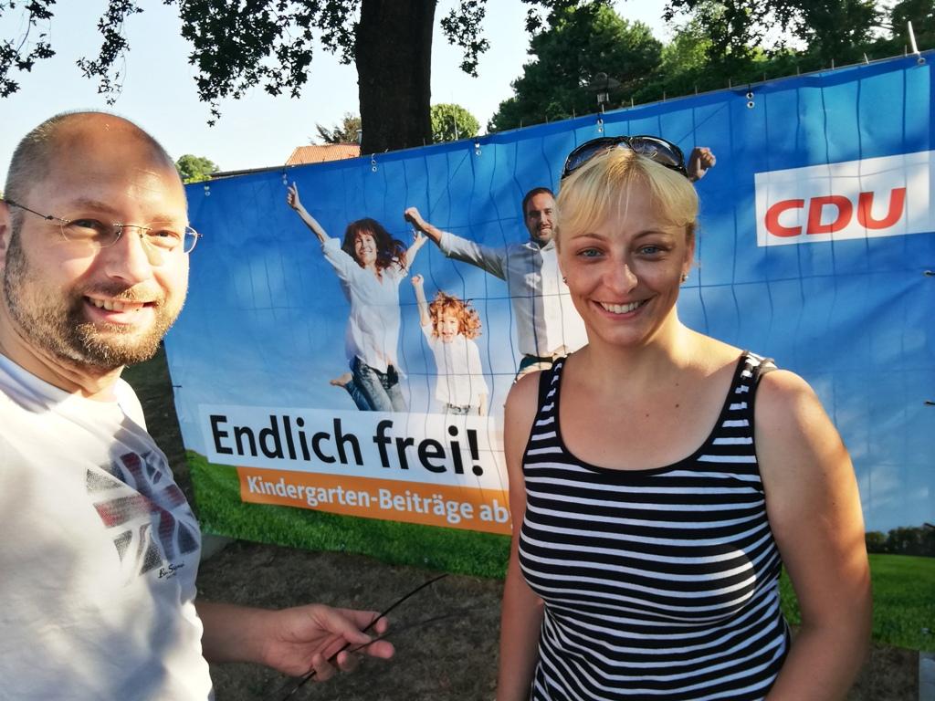 Andreas Weber und Mareike Gerecke stellten die Plakate pünktlich zum 1. August auf.