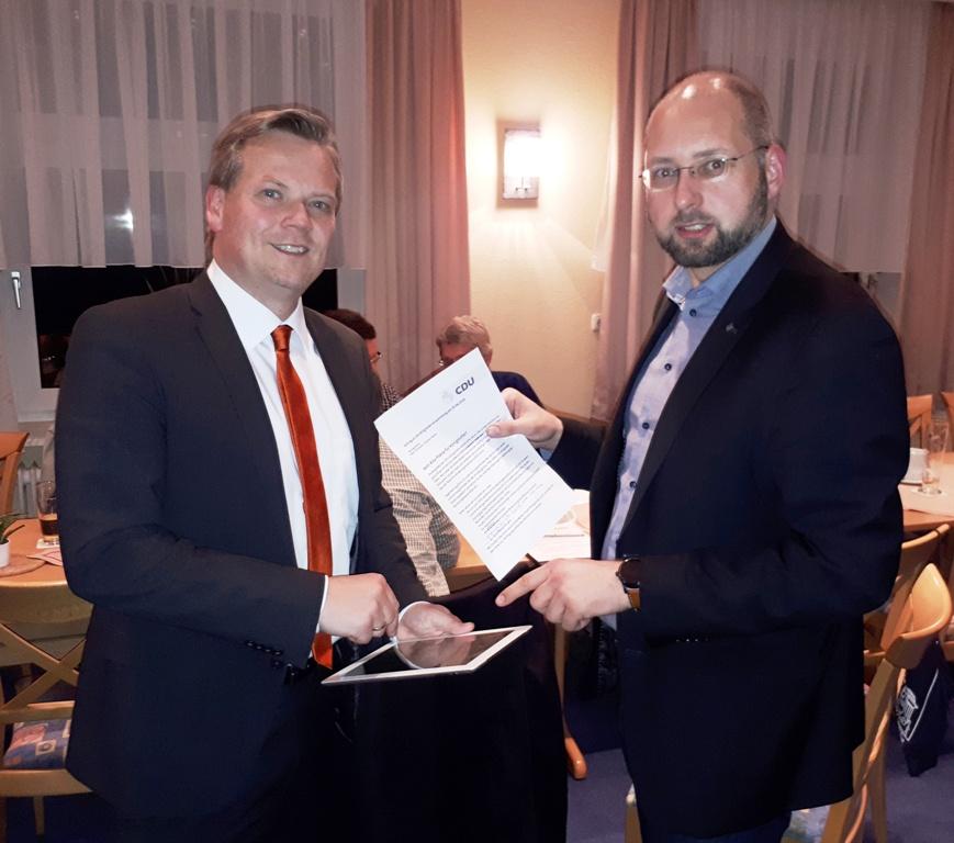 Die CDU-Fraktionsvorsitzenden Marc Schneider (links) und Andreas Weber (rechts) stellen den Ratsantrag für mehr Kita-Plätze in Königslutter vor.
