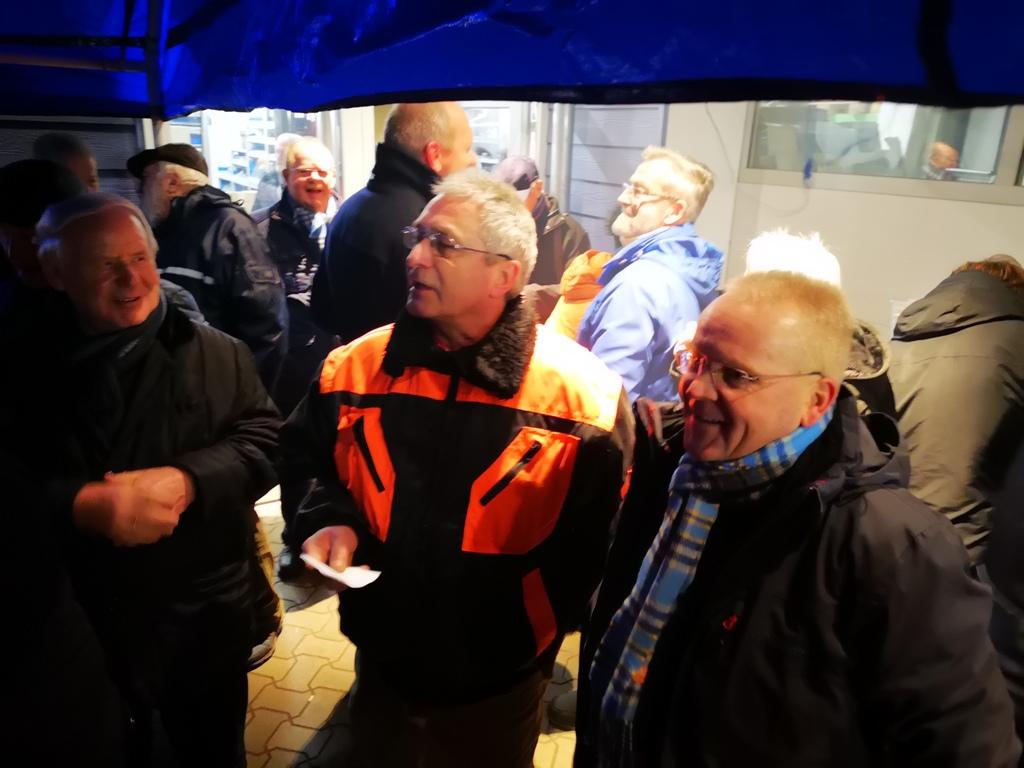 Stefan Thiele (rechts) und Georg Kraus (mitte) begrüßten die zahlreichen Gäste zum neuen Jahr in Königslutter.