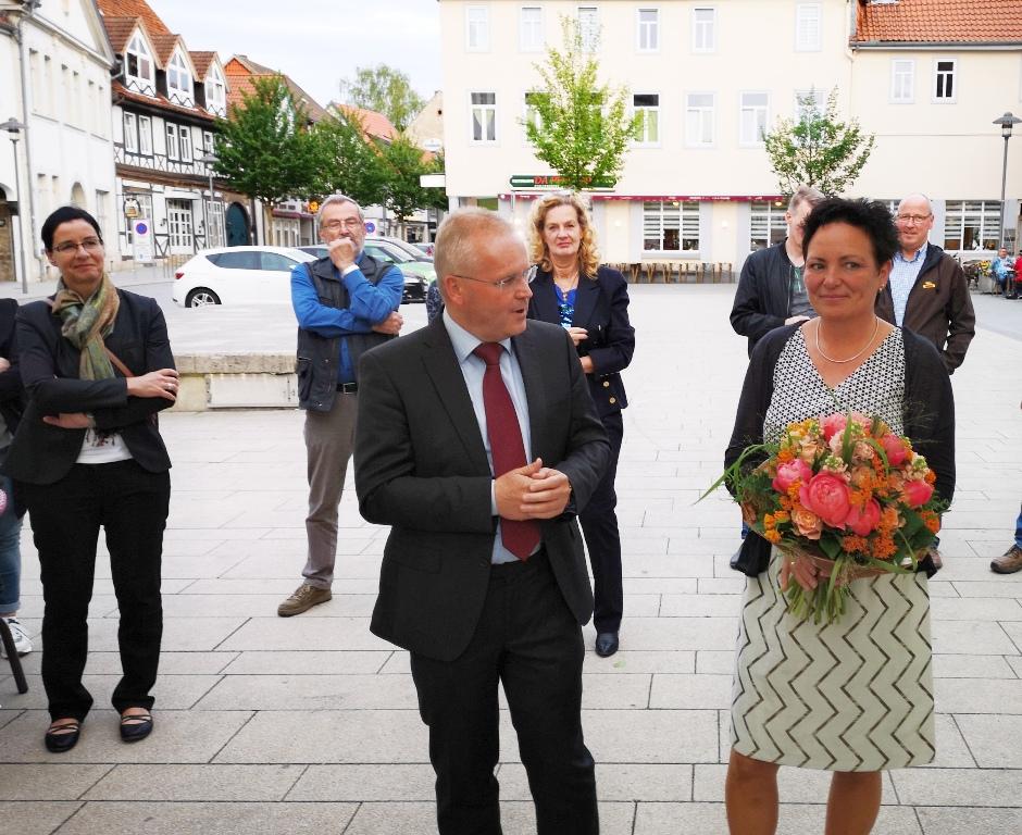 Im Kreise seiner Unterstützer dankte Stefan Thiele den Wählerinnen und Wählern das Vertrauen.